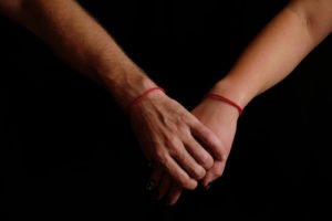 voyance-au-feminin-fr-fil-rouge-amour-mains-reliees